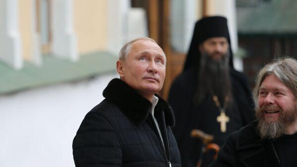 Vladímir Putin y Tíjon Shevkunov en el monasterio de las Cuevas de Pskov - Sputnik Mundo