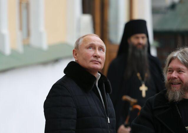 Vladímir Putin y Tíjon Shevkunov en el monasterio de las Cuevas de Pskov