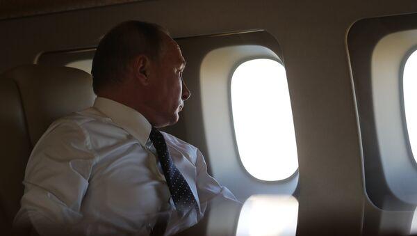 Vladímir Putin, presidente de Rusia, a bordo de un avión  - Sputnik Mundo