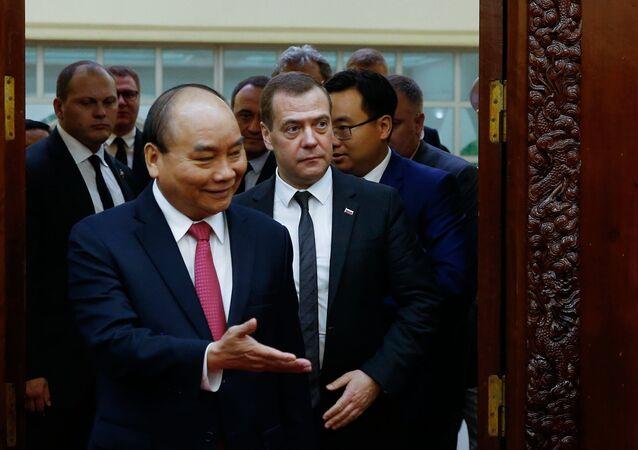 Primer ministro de Vietnam, Nguyen Xuan Phuc, y primer ministro de Rusia, Dmitri Medvédev