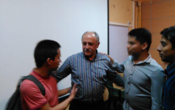 Yuri Usachov con estudiantes de USAC - Sputnik Mundo