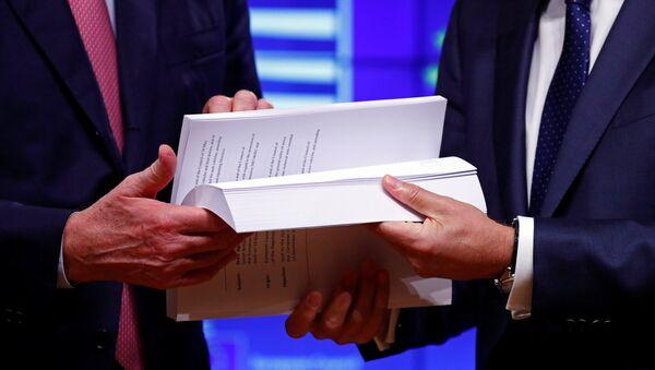 El negociador jefe de la UE sobre el Brexit, Michel Barnier, y el presidente del Consejo Europeo, Donald Tusk, sostinen el borrador del acuerdo del Brexit - Sputnik Mundo
