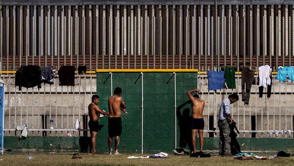 Personas se bañan en el deportivo Benito Juárez - Sputnik Mundo