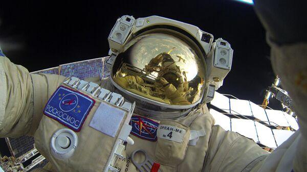 Cosmonauta ruso durante una caminata espacial cerca de la EEI - Sputnik Mundo