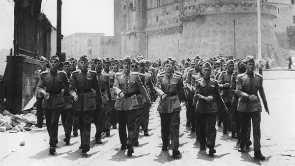 Soldados de la Fuerza Expedicionaria Brasileña (FEB) marchan a través del puerto de Nápoles, en julio de 1944 - Sputnik Mundo