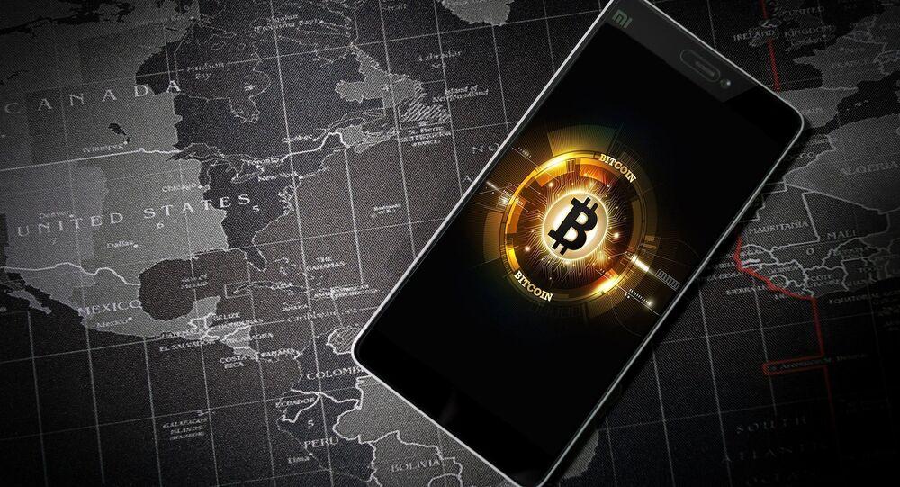 Un móvil con la imagen del logo de bitcóin