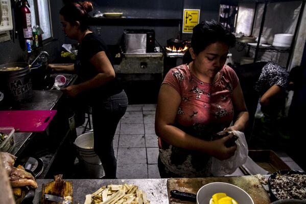 Cocineras de Honduras 504 preparan un pollo chuco, platillo típico en el país centroamericano - Sputnik Mundo