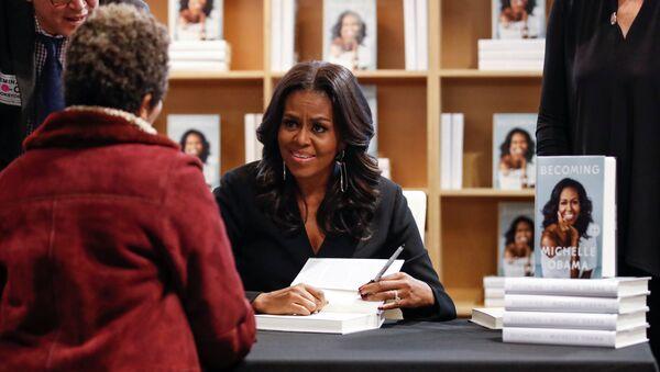 La ex primera dama de EEUU Michelle Obama firma su libro - Sputnik Mundo