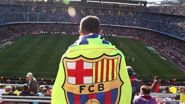 Un hincha con la bandera de FC Barcelona - Sputnik Mundo