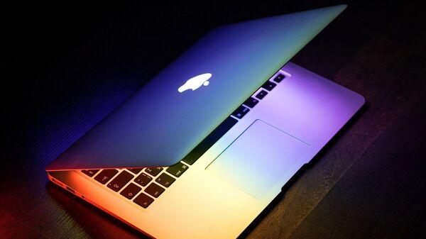 Un portátil con el logo de Apple - Sputnik Mundo