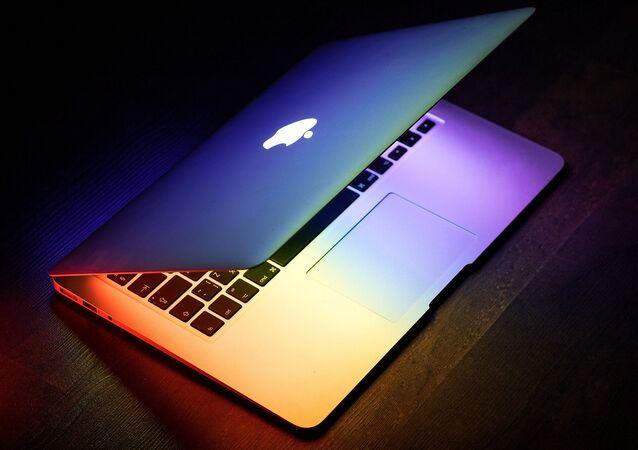Un portátil con el logo de Apple