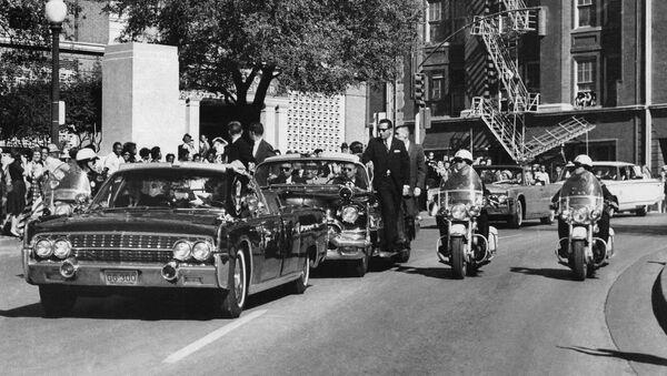 El presidente John F. Kennedy a pocos segundos de recibir un disparo mortal - Sputnik Mundo