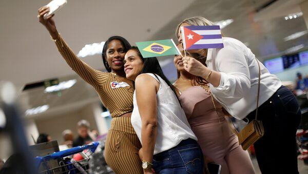 Grupo de médicos cubanos tras regresar de Brasil - Sputnik Mundo