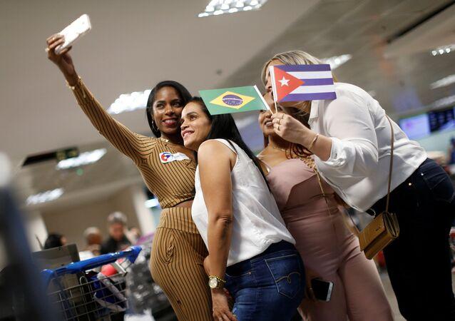 Grupo de médicos cubanos tras regresar de Brasil