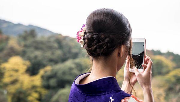 Una joven con un iPhone - Sputnik Mundo