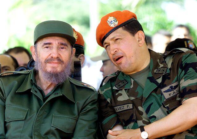 Fidel Castro y Hugo Chávez conversan en Venezuela durante un viaje del líder cubano en 2001