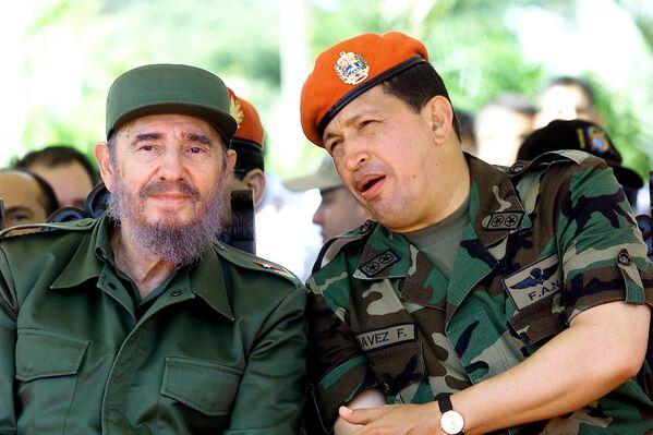Fidel Castro y Hugo Chávez conversan en Venezuela durante un viaje del líder cubano en 2001 - Sputnik Mundo
