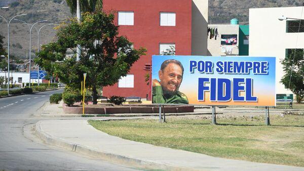 Un cartel en apoyo a Fidel Castro en Santiago de Cuba - Sputnik Mundo