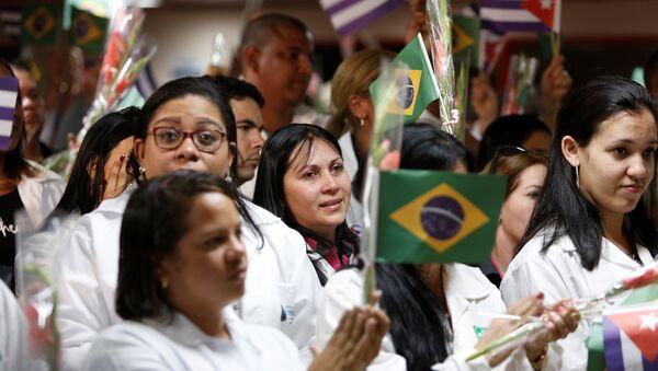 Los médicos cubanos con las banderas de Brasil - Sputnik Mundo