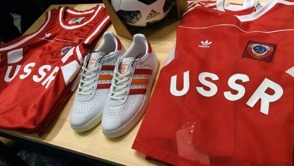 Ropa deportiva con símbolos de la URSS de Adidas - Sputnik Mundo