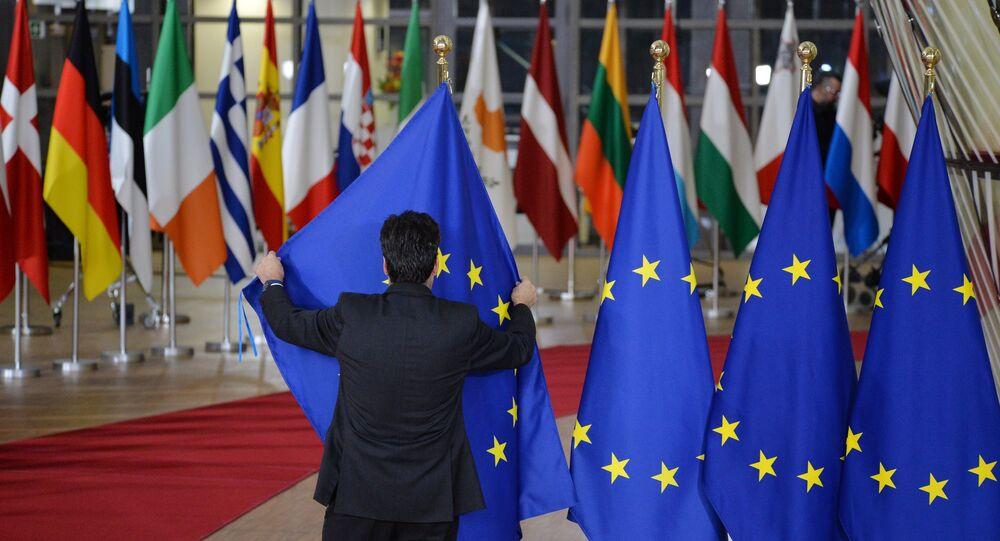 Las banderas de los países de la UE y bandera de la UE en Bruselas (archivo)