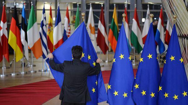 Las banderas de los países de la UE y bandera de la UE en Bruselas - Sputnik Mundo