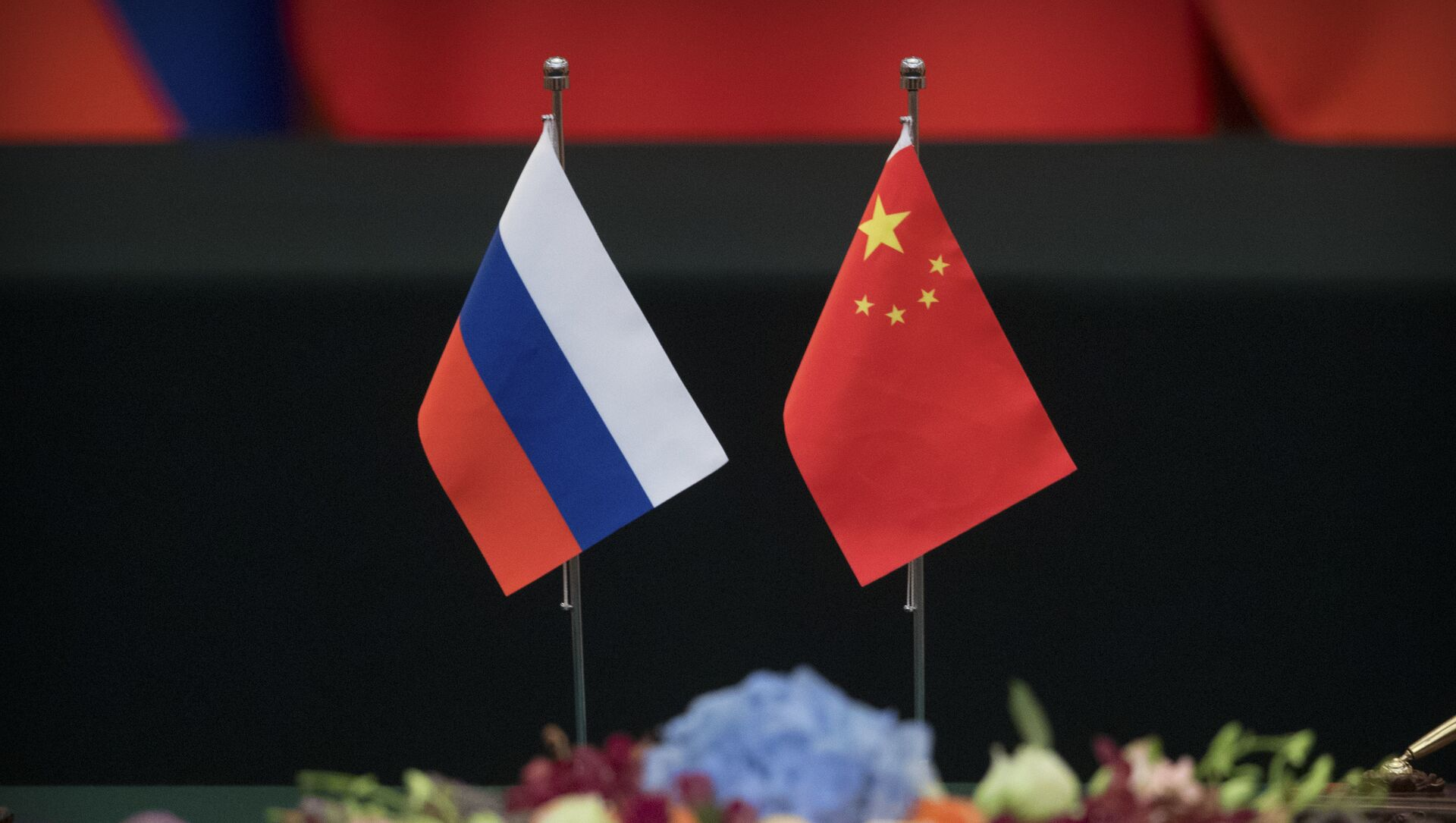 Las banderas de Rusia y China - Sputnik Mundo, 1920, 05.02.2021