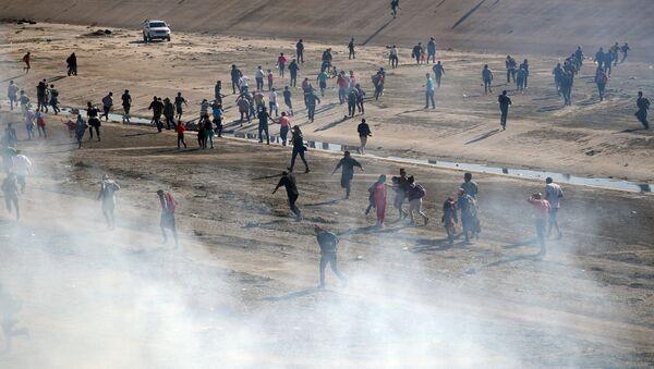Las fuerzas de seguridad de EEUU emplean gas lacrimógeno para impedir el paso de migrantes - Sputnik Mundo