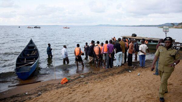 Rescatistas en en el lago Victoria tras naufragio - Sputnik Mundo