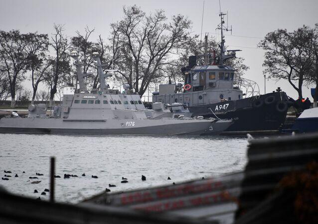 Las naves ucranianas Nikopol, Berdiansk y Yani Kapu en el puerto de Kerch