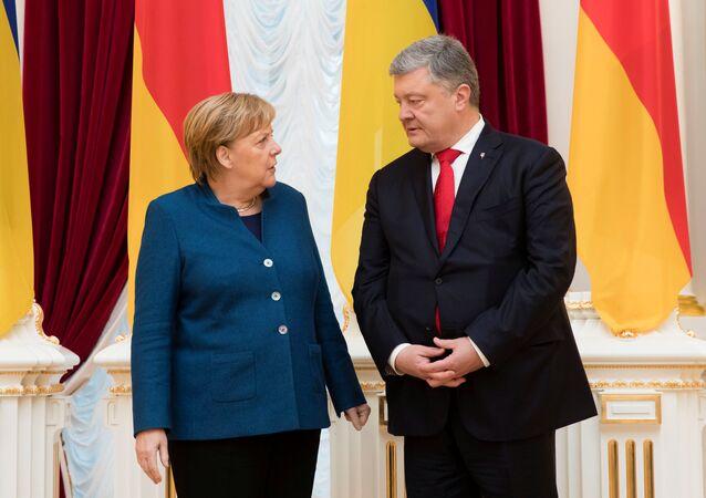 La canciller federal alemana, Angela Merkel, con el presidente ucraniano, Petró Poroshenko (archivo)