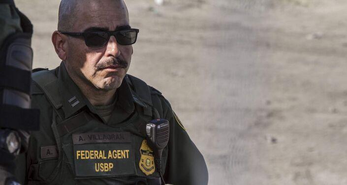 Agente de la USBP (border patrol) que disparó gases lacrimógenos contra la manifestación de centroamericanos en territorio mexicano