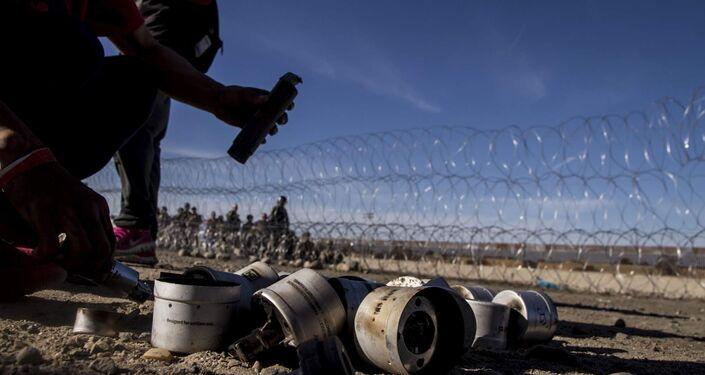 Cartuchos de gases lacrimógenos disparados por elementos de la USBP (border patrol) contra una manifestación en territorio mexicano