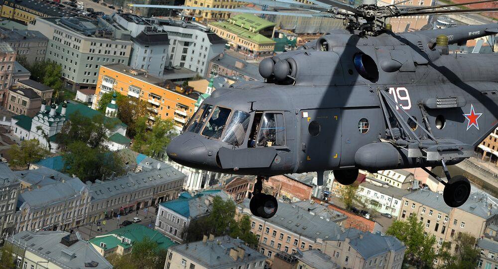 Un helicóptero Mi-8 sobre Moscú, foto archivo