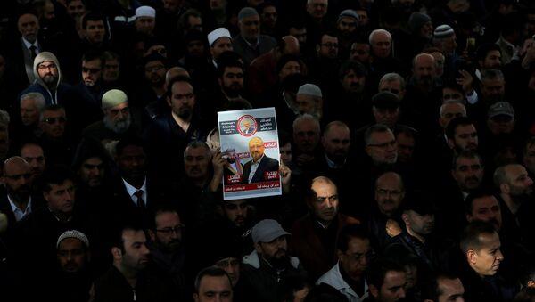 Activistas con una foto y del periodista saudi, Jamal Khashoggi - Sputnik Mundo