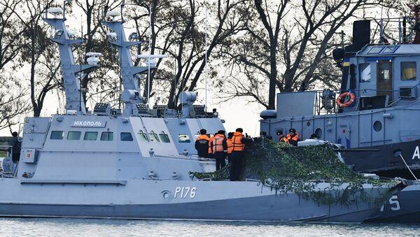 Las naves ucranianas Nikopol y Yani Kapu en el puerto de Kerch - Sputnik Mundo