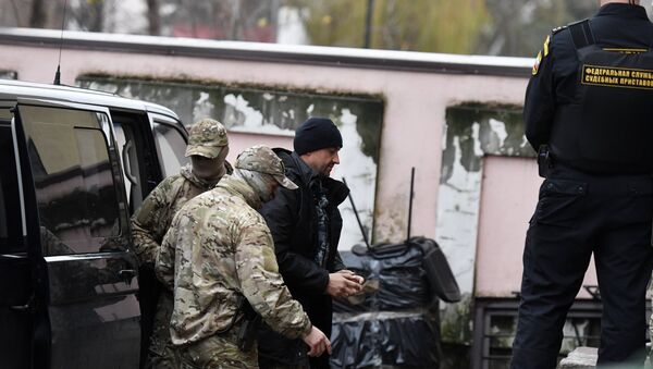 Uno de los marineros ucranianos (centro) detenidos en el estrecho de Kerch  - Sputnik Mundo
