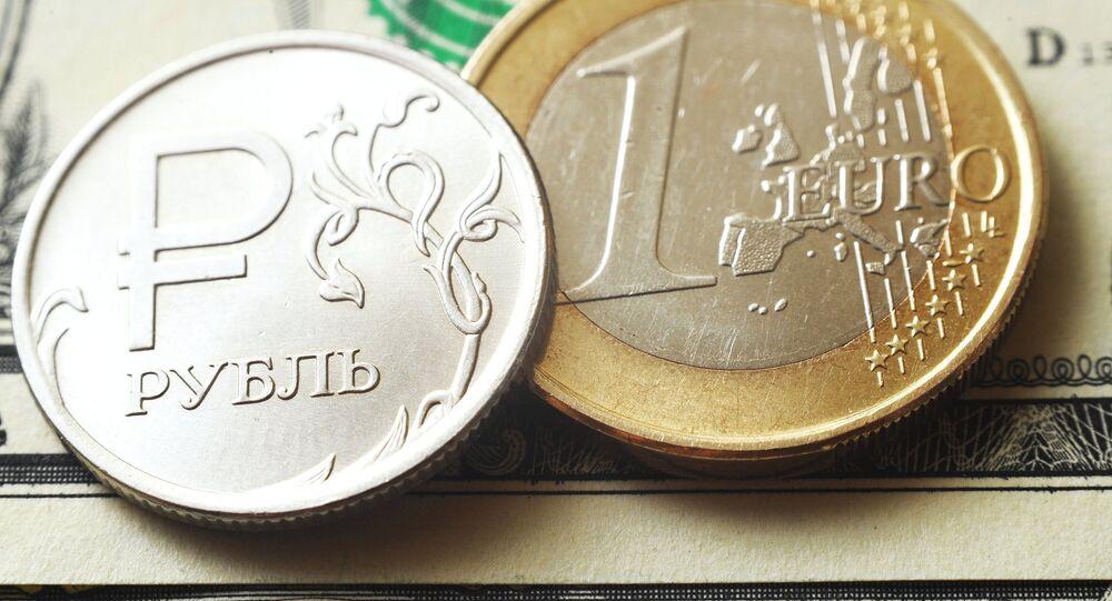 Un rublo ruso y un euro