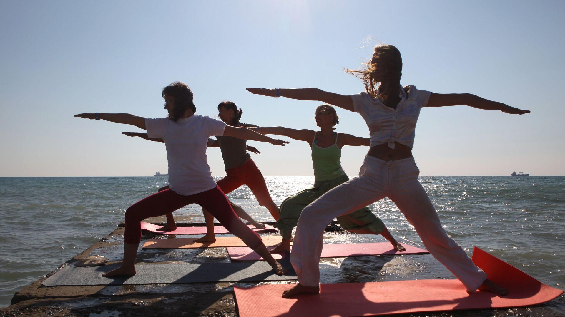 Personas practican yoga - Sputnik Mundo, 1920, 21.06.2021