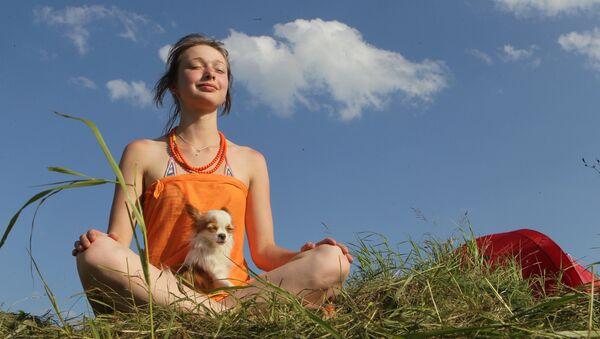 Una mujer practica yoga - Sputnik Mundo