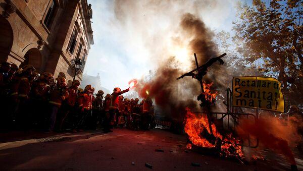 Las protestas frente al parlamento catalán - Sputnik Mundo