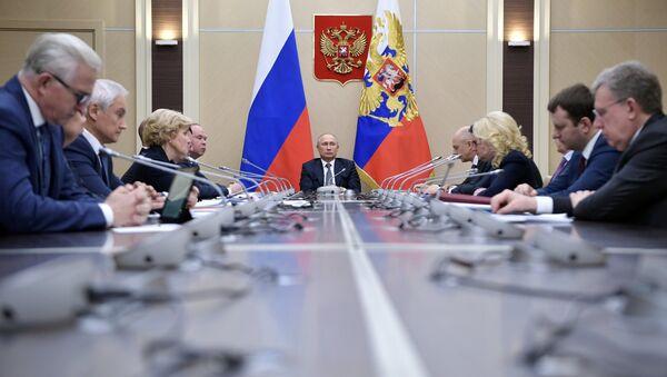 Vladímir Putin, presidente ruso, durante la reunión con miembros del Gobierno - Sputnik Mundo