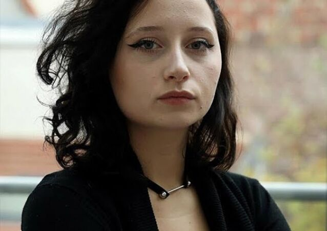 A una joven se le desfigura el rostro después de teñirse el pelo