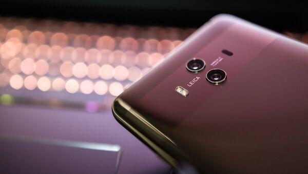 Un teléfono inteligente de la marca Huawei - Sputnik Mundo