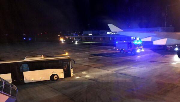 Automóvil de bomberos visto desde el avión de Angela Merkel en el aeropuero de Colonia - Sputnik Mundo