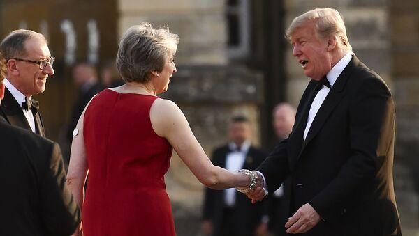 Theresa May junto a Donald TRump en su primera visita oficial a Londres - Sputnik Mundo