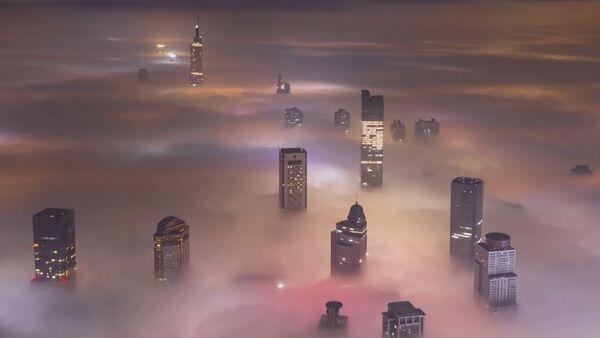 La niebla 'se traga' una ciudad china - Sputnik Mundo