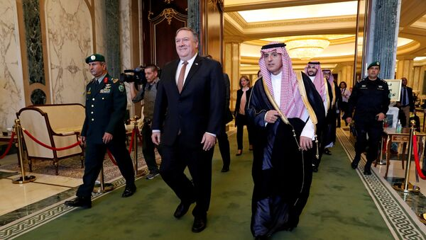Mike Pompeo, secretario de Estado de EEUU y Adel al Jubeir, canciller de Arabia Saudí - Sputnik Mundo
