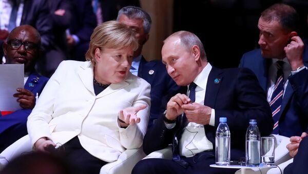 El presidente ruso, Vladímir Putin, y la canciller alemana, Angela Merkel (archivo) - Sputnik Mundo