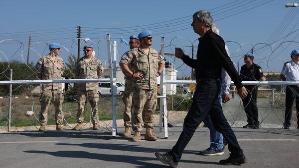 El cruce de Dherynia bajo la supervisión de los pacificadores de la ONU. Separa la República de Chipre y la autoproclamada República Turca del Norte de Chipre. - Sputnik Mundo
